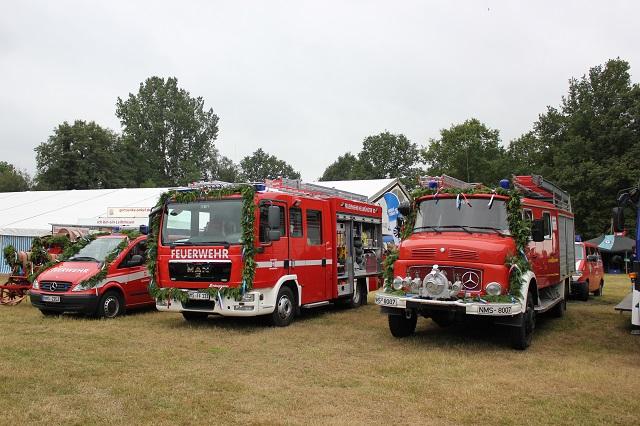 Fahrzeuge der FF-Gadeland vor dem Festzelt im Jahre 2014 auf dem 125. Jubiläum